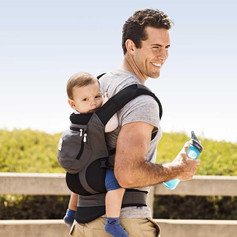 Faites tourner par la suite votre bambin face à vous. Retirez-le et  posez-le sur une chaise ou un lit. Pour finir, enlevez votre porte-bébé  dorsal. 1ac53fe06b6